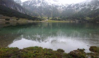 טיול ברגל אל אגם הררי בטירול (אוסטריה), קרוב לגבול בוואריה (גרמניה)