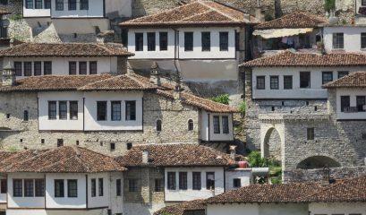 גנרל וכומר נפגשים בארץ קרובה רחוקה – אלבניה